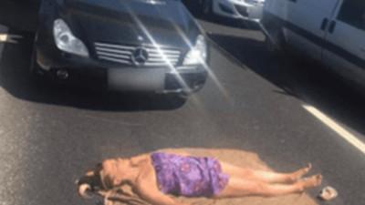 高速公路上爽曬「沙灘日光浴」 堵死車陣把比薩外送員都叫來