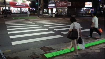 滑手機過馬路不要命!首爾要蓋「地面紅綠燈」救回這些睜眼瞎