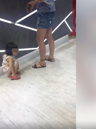 ▲▼女兒店內亂尿,媽媽被店家要求自己清怒po文發飆。(圖/翻攝爆怨公社)