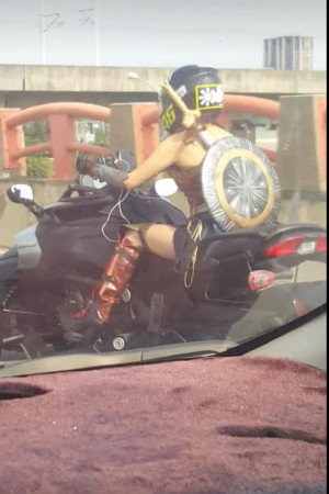 ▲▼重機女騎士扮相宛如神力女超人。(圖/翻攝爆料公社)