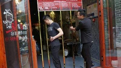 穿得過去就免費!餐廳15公分柵欄擋門口 客人縮肚拼「靠身體吃飯」