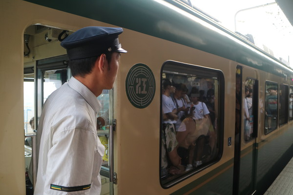 日本鎌倉被擠爆 比威尼斯多80倍的人