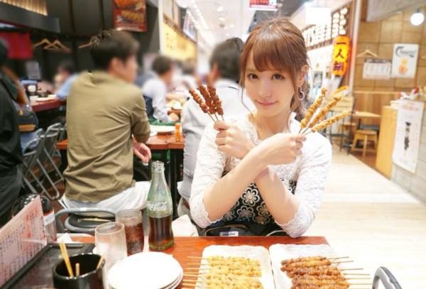 ▲▼ 日本F奶AV女優桃乃木香奈(桃乃木かな)不但利用週末時間在家自製挫冰,外出還大吃福岡美食。(圖/翻攝自推特)
