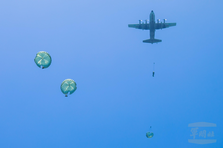 ▲▼陸軍特戰部隊執行跳傘訓練,官兵們搭乘C-130運輸機,飛抵目標區上空後,依序跳出。(圖/軍聞社提供)