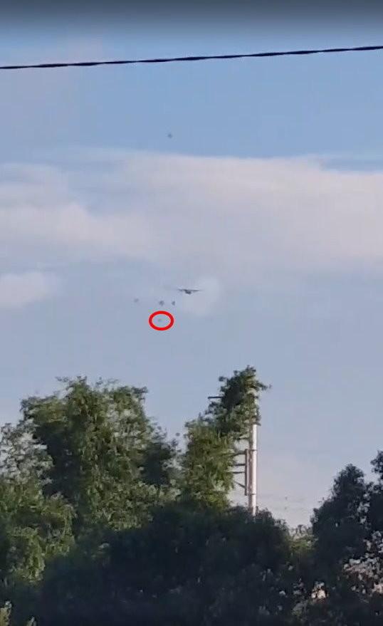 傘兵墜地影片曝光。(圖/民眾提供)