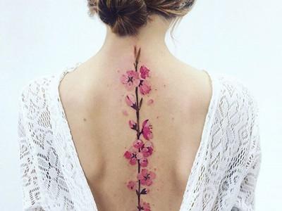 開出生命之花!15張「最美脊椎刺青」 誰想得到這麼優雅