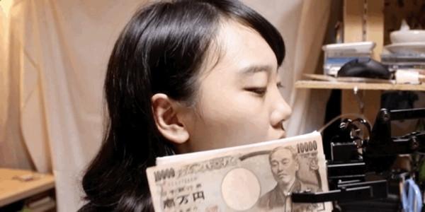 ▲▼日本諧星藤原麻里發明「鈔票打臉機」。(圖/吉本興業提供)