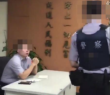 ▲▼菜警被逼吃案!副所長笑「我在教你做人」 1分40秒施壓影片曝光。(圖/翻攝爆料公社)