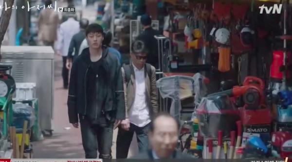 ▲李光日最後把證據交給朴東勳。(圖/翻攝自tvN)