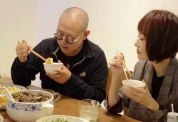 网友曝李连杰与鲁豫用餐照片 面色红润似病情好转