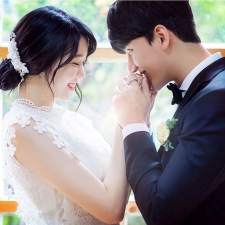 ▲▼27歲男歌手盧志勳娶回車模李恩惠。(圖/翻攝自韓網)