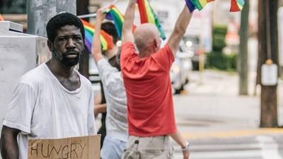 「你包容性別平權,仍討厭窮人」一張漆上彩虹的長椅諷刺了誰