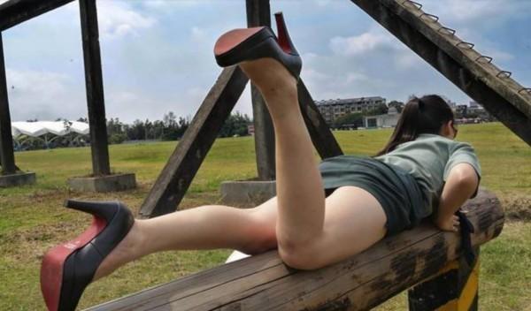 ▲▼她穿軍裝「夾管」搞性感 國防部要告。(圖/翻攝自Momo cat臉書)