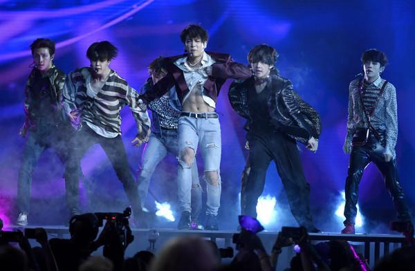▲▼防彈少年團(BTS)美國告示牌音樂獎頒獎典禮演出,歌迷尖叫太大聲,主持人凱莉克萊森還開玩笑的戴起耳罩。(圖/達志影像/美聯社)