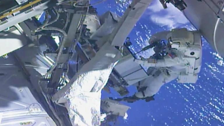 才剛出地球! 太空人拿起GoPro想自拍 卻驚覺 ...乾 沒帶記憶卡!:我該回地球拿嗎?(影)