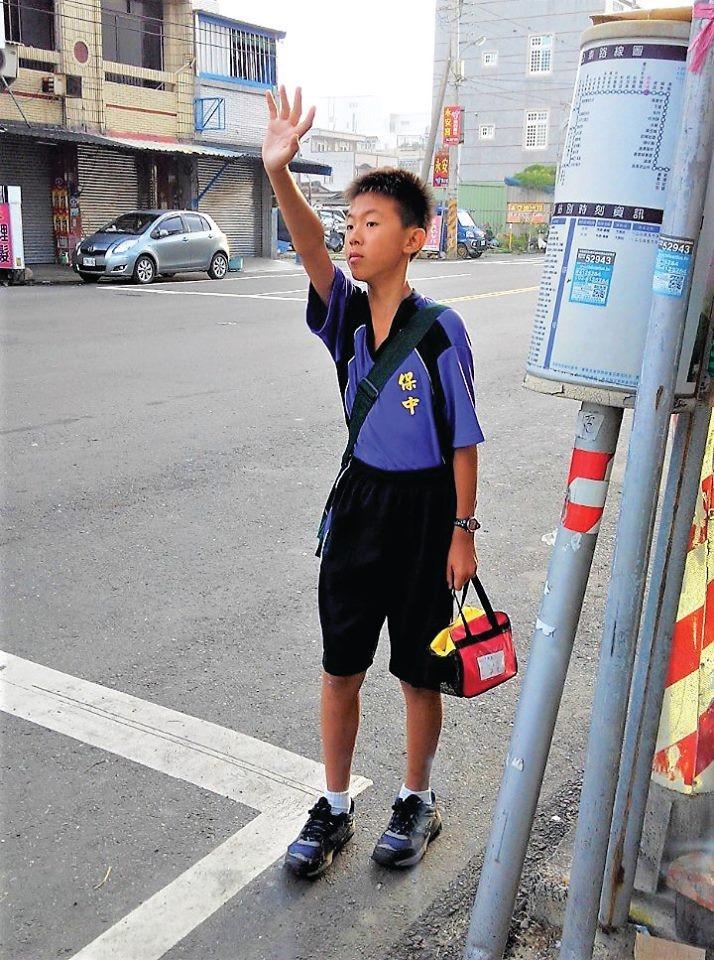 男孩揮手(圖/業者時報出版提供,請勿隨意翻拍,以免侵權。)