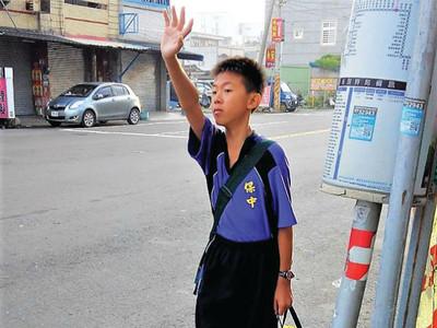 「星星少年」拚自立 努力學揮手搭公車 爸心痛:沒一輛肯理他