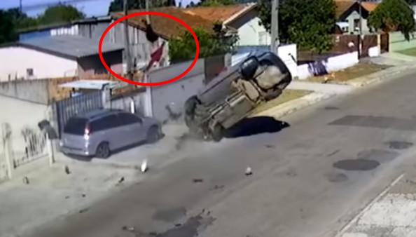 ▲▼ 巴西偷車賊駕車逃逸失控「翻車2圈半」,乘客遭拋飛重摔屋頂。(圖/翻攝自Youtube)
