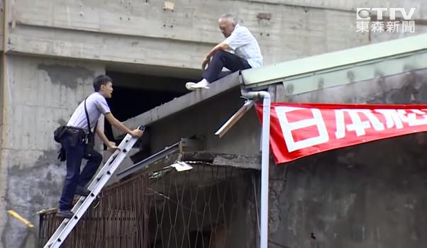 ▲▼釘子戶「7坪換2戶」想要更多!慘遭建商放生 爬屋頂跳樓抗議。(圖/東森新聞)