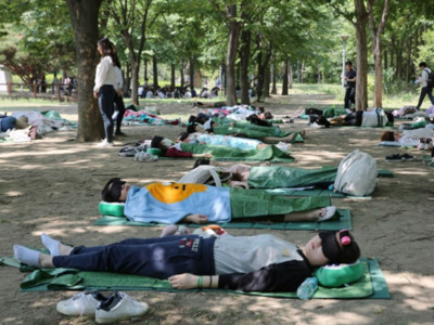 世界最大的睡覺比賽上線啦!首爾森林8500人搶躺地,最晚起就冠軍