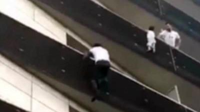 嬰兒吊陽台外! 路過小哥腳踩輕功「30秒飛攀4樓」勇猛救人