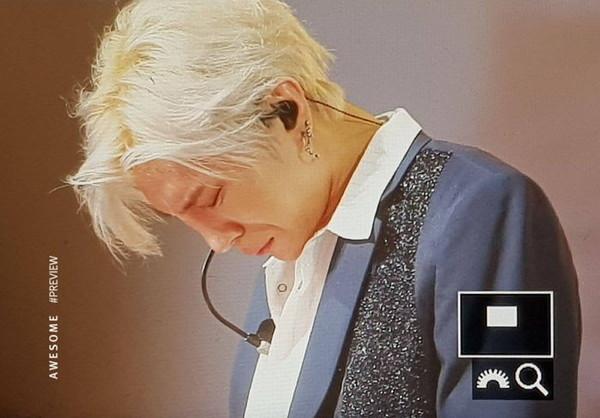 ▲VIXX粉絲獻驚喜6周年禮物!抬頭一看...主唱LEO低頭哭了。(圖/翻攝自韓網)