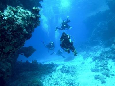 影/水下15米遭惡男關氧氣瓶!對方事後稱:開玩笑