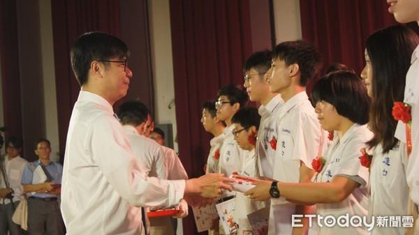 返母校勉勵學弟 陳其邁:以雄中精神實現理想