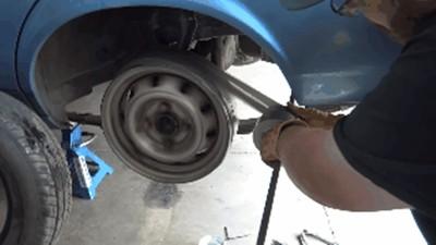 腦殘版汽車輪胎!省錢土炮「鋼圈貼膠帶」上路只聽到素素叫
