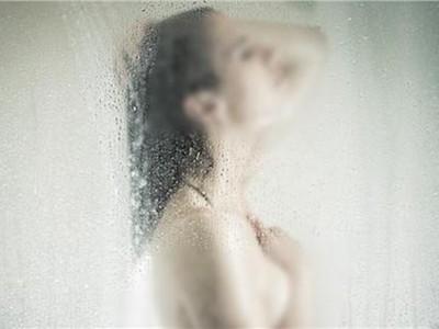 「秀髮堵住排水孔」活活淹死!少女洗晨澡摔倒撞暈,浴室裡變浮屍