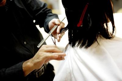 美髮設計師1天上12小時超血汗 平均時薪128元低於基本工資