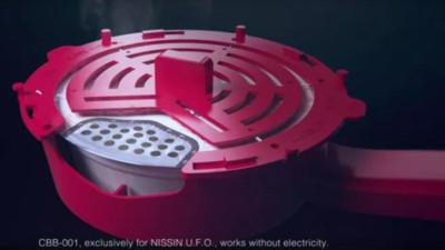 無用發明再+1 日清「泡麵拍打器」 唯一功能是…拍落碗蓋上菜渣