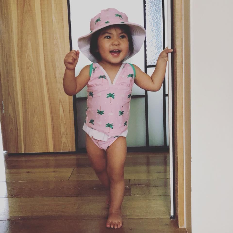 ▲賈靜雯5月才PO出女兒BO妞會站立的美照。(圖/取自賈靜雯臉書)