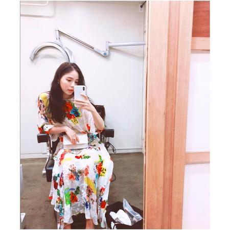 ▲閔孝琳疑似穿此洋裝與太陽在咖啡廳約會。(圖/翻攝自閔孝琳IG)