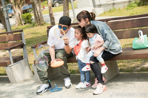 ▲網友巧遇賈靜雯一家,拍到「行走的BO妞」。(圖/取自《媽媽是超人》微博)
