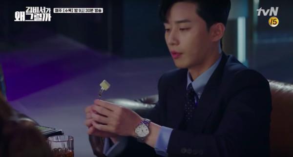 ▲李英俊主動「照顧」金秘書。(圖/翻攝自tvN)