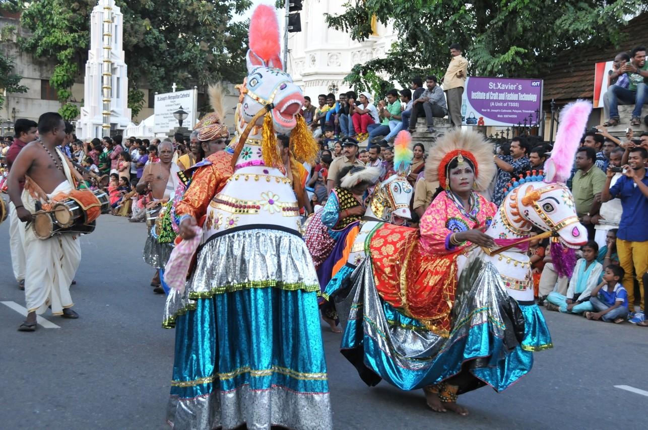 歐南節花車遊行和傳統歌舞表演。(圖/業者任性出版提供,請勿隨意翻拍,以免侵權。)
