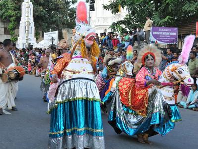 華麗中的殘酷!喀拉拉歐南節花車嘉年華 展現印度人極端二重性格