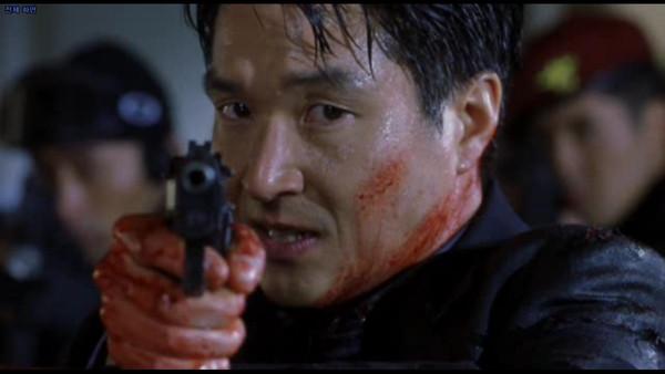 以南北韩谍报为题材的《鱼》,所有枪战场面是引进美国特效技术处理,让韩国观众大开眼界。(翻摄自daum网站)