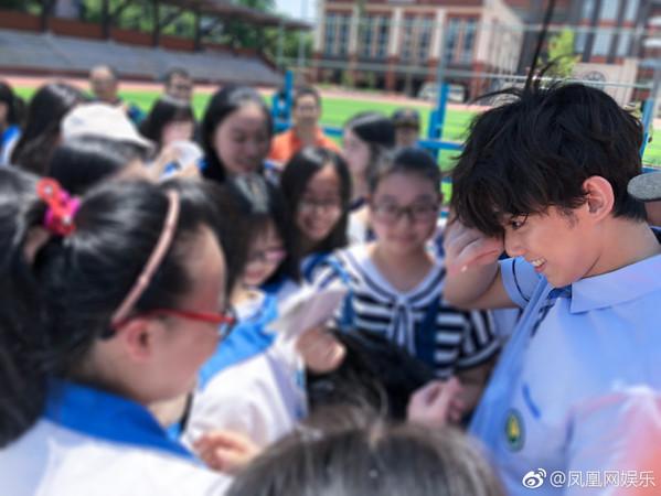 ▲▼吳磊高中畢業。(圖/翻攝自《鳳凰網娛樂》微博)