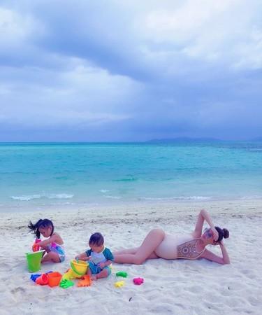 ▲關穎沖繩度假曬美腿。(圖/翻攝自關穎IG)