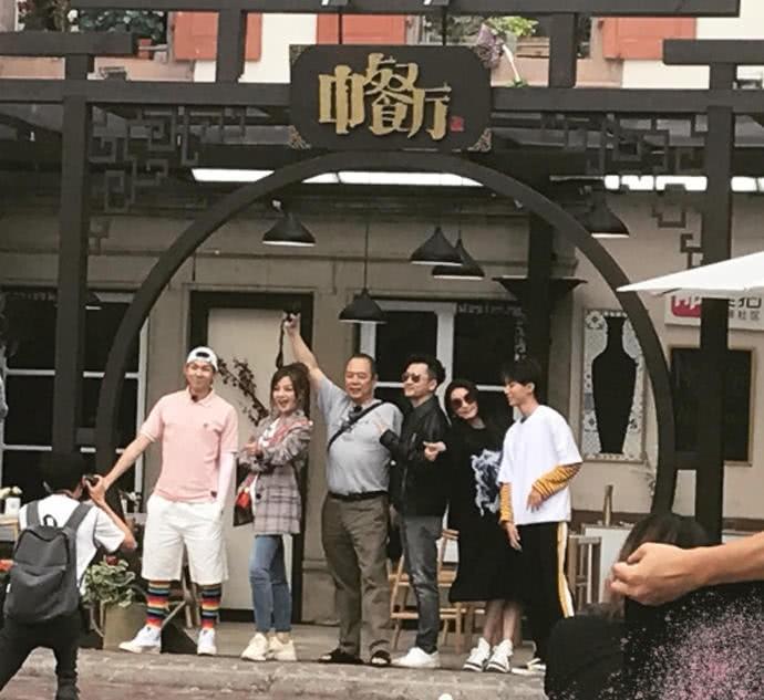 ▲所有參加錄影的成員,在餐廳前大合影。(圖/翻攝自《新浪娛樂》微博)