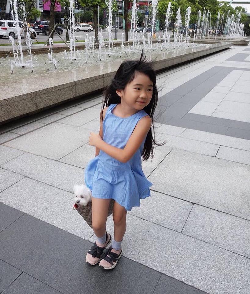 ▲▼Grace已變成亭亭玉立的大女孩,空靈模樣令人眼睛為之一亮。(圖/取自吳速玲臉書)