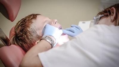看牙醫閉眼睛比較痛!「欺騙大腦」小策略 抽血、打針也適用