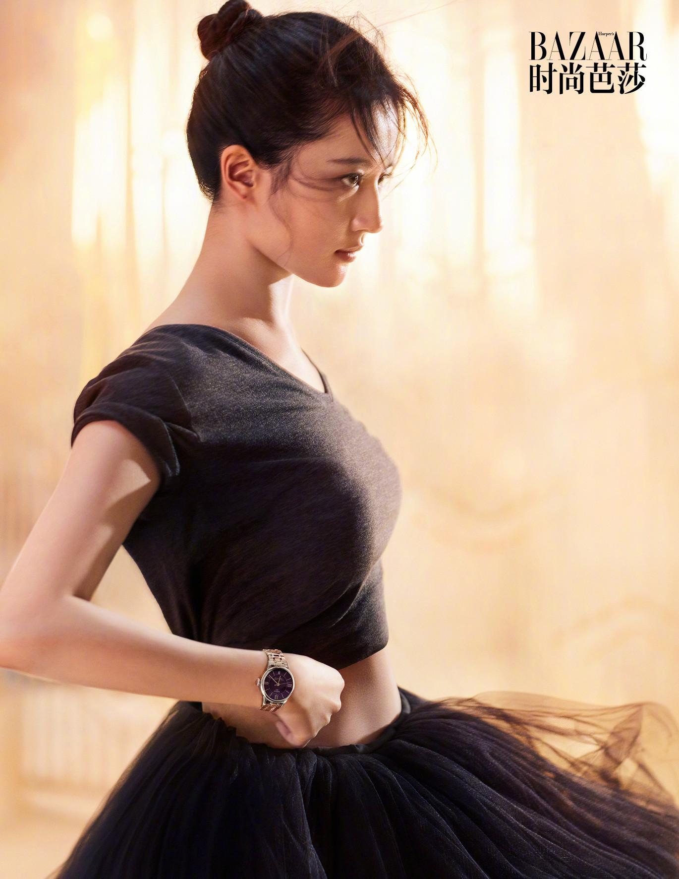 ▲劉亦菲被發現,雖然腹部還隱約可見馬甲線,但手臂變粗,胸部也「升級」不少。(圖/取自《時尚芭莎》微博)