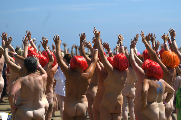 ▲2505名女子集體參加慈善裸泳活動,刷新「最多人一起裸泳」的金氏世界紀錄。(圖/路透社)