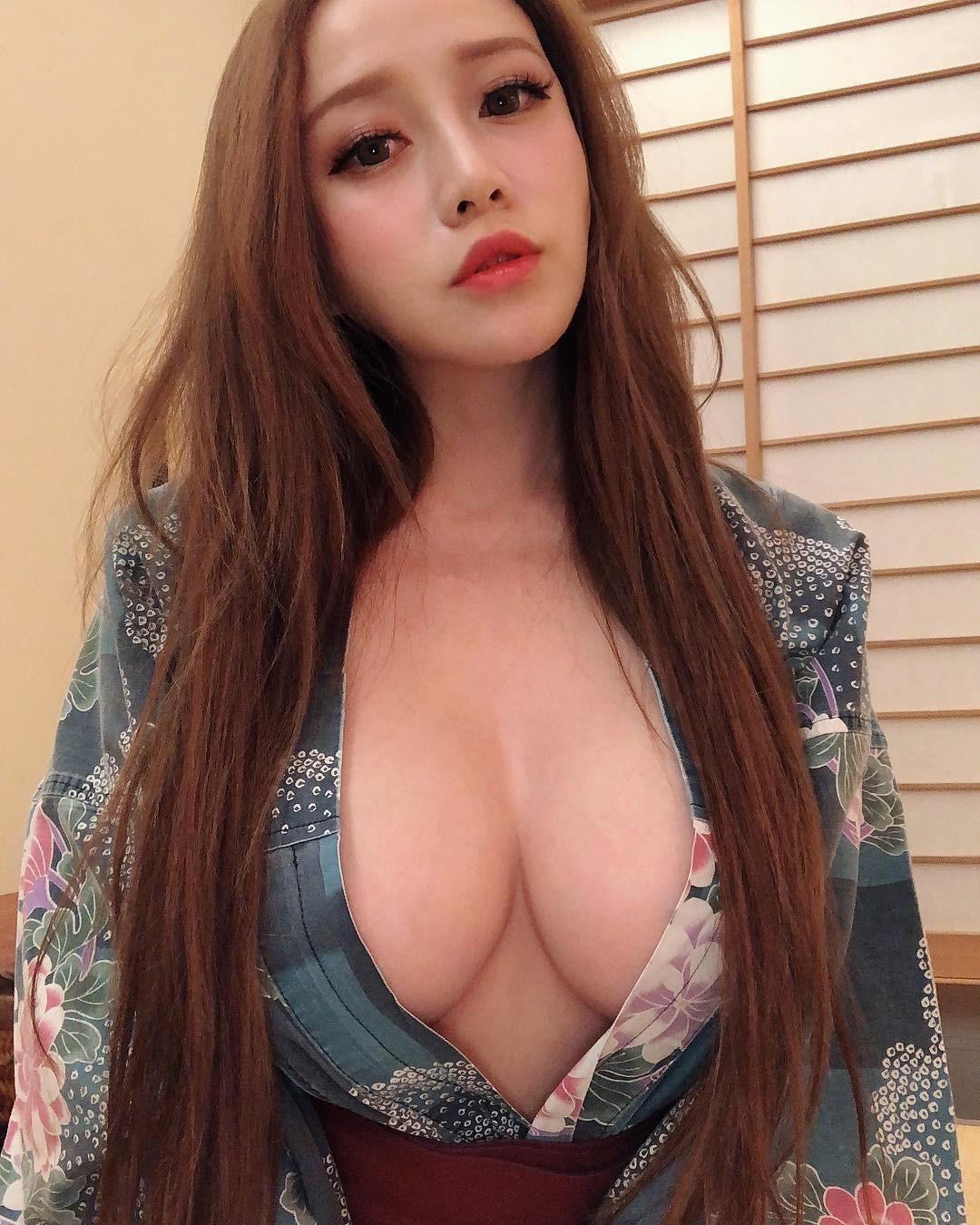 ▲張語昕對自己的豪乳非常驕傲,經常放送性感辣照。(圖/翻攝自張語昕Instagram)