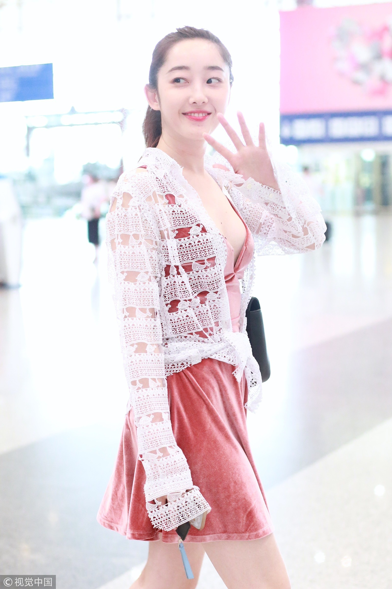 ▲▼蔣夢婕在機場尺度大開,被拍到胸前黑Bra還掉出來。(圖/CFP)