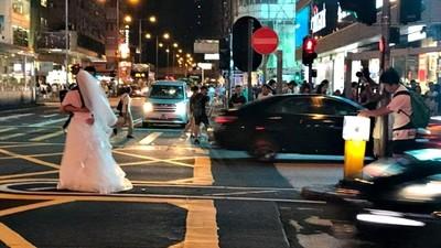 半年前才有人輾斷腳 新人佔十字路口10分鐘 為拍婚紗不怕死