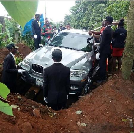 262萬BMW當棺材! 土豪哥送「閃亮亮名車」下葬老爸。(圖/翻攝自Zevi Gins的臉書)